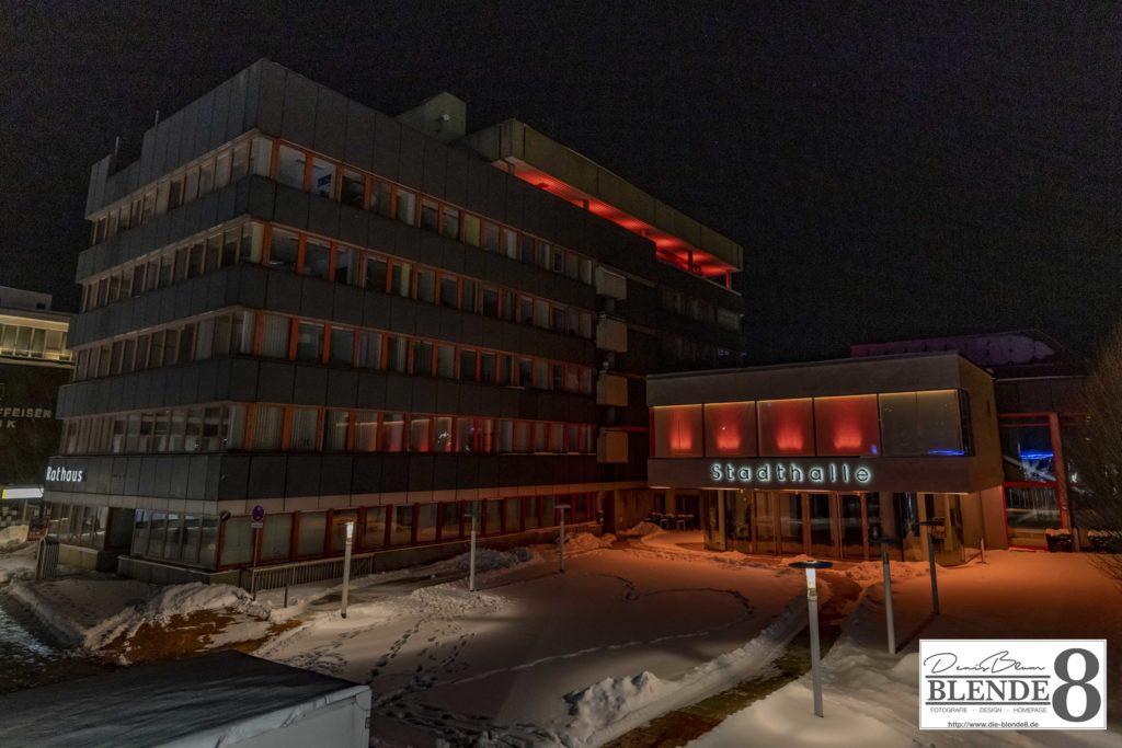 Blende8 Nordhessen Baunatal Rathaus Rote Beleuchtung Foto-Nr. 3016-00001