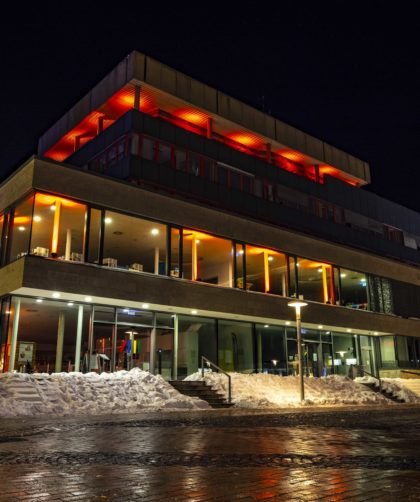 Blende8 Nordhessen Baunatal Rathaus Rote Beleuchtung Foto-Nr. 3016-00004
