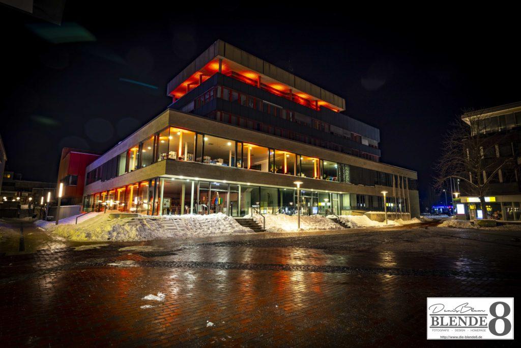 Blende8 Nordhessen Baunatal Rathaus Rote Beleuchtung Foto-Nr. 3016-00005
