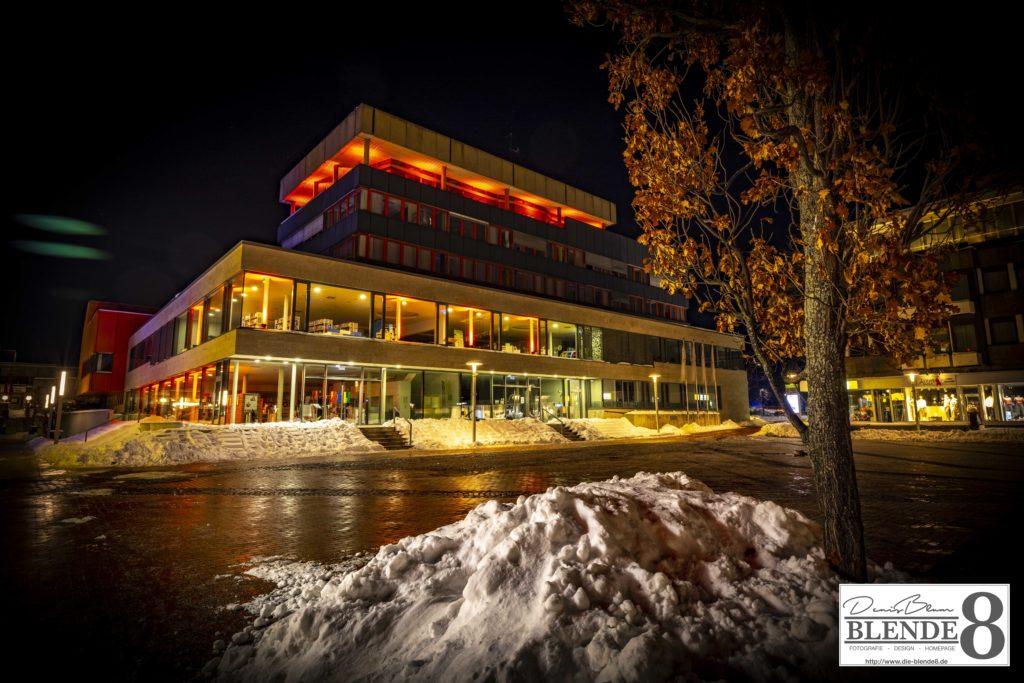 Blende8 Nordhessen Baunatal Rathaus Rote Beleuchtung Foto-Nr. 3016-00006