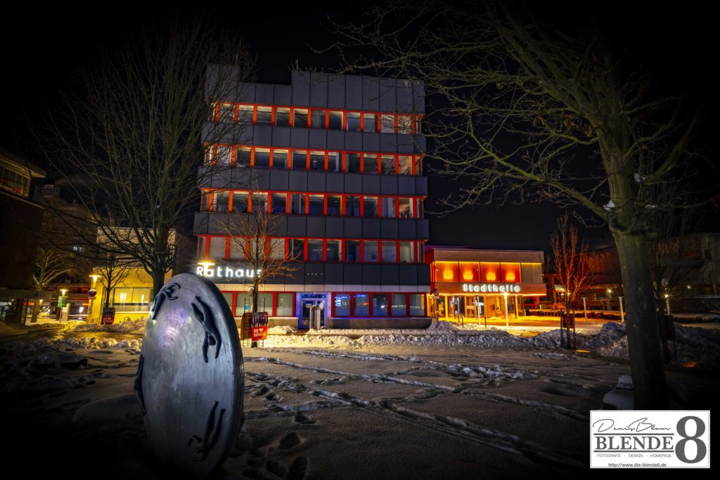 Blende8 Nordhessen Baunatal Rathaus Rote Beleuchtung Foto-Nr. 3016-00007